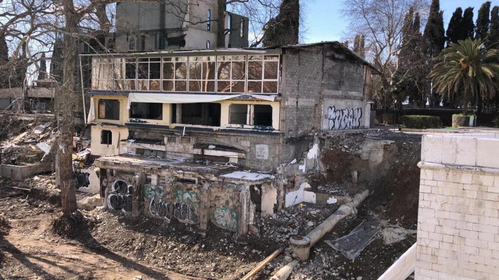 Снос сгоревшего кафе на набережной Ривьеры