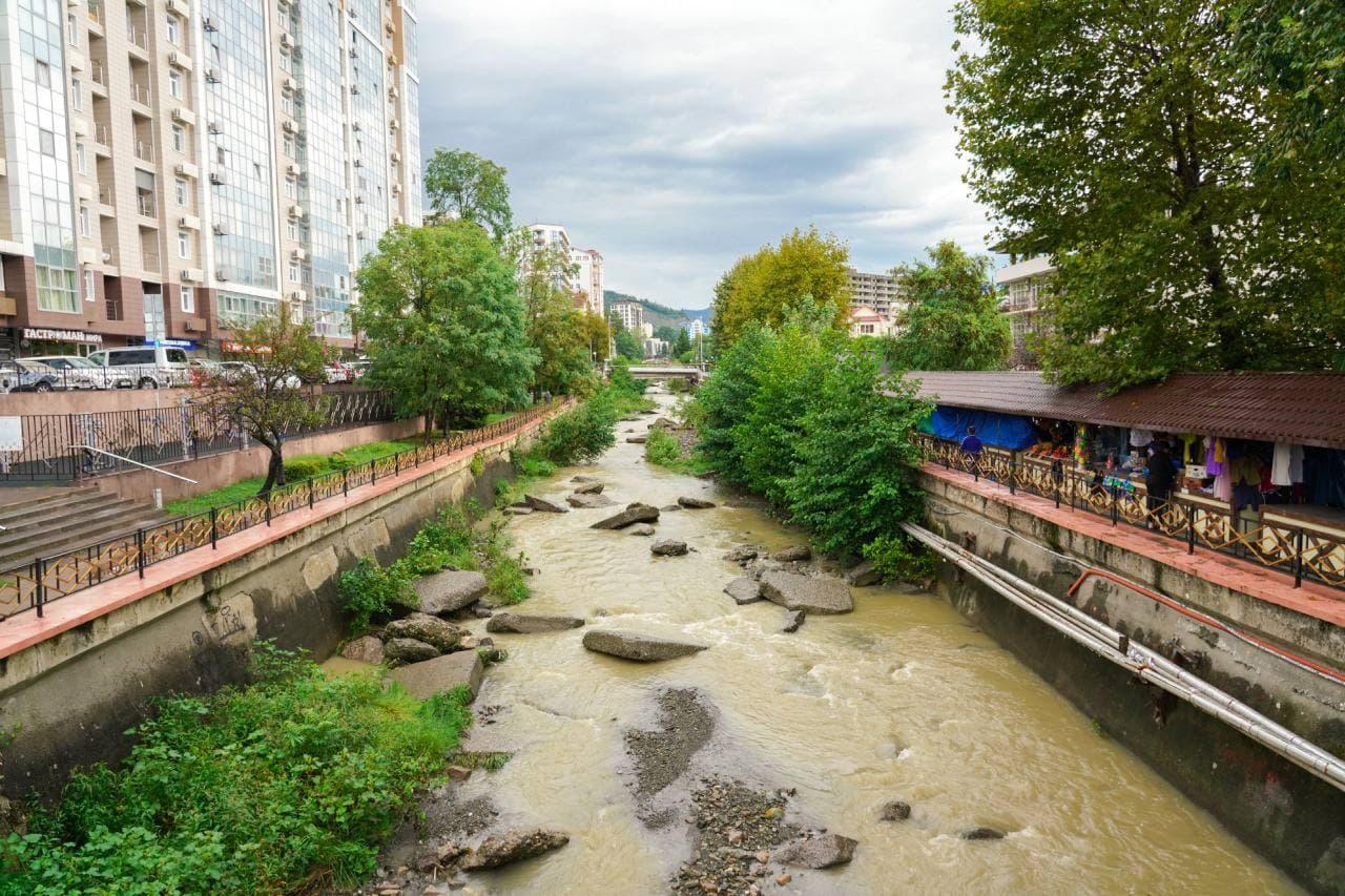 В Сочи продолжается реконструкция набережной реки Псахе