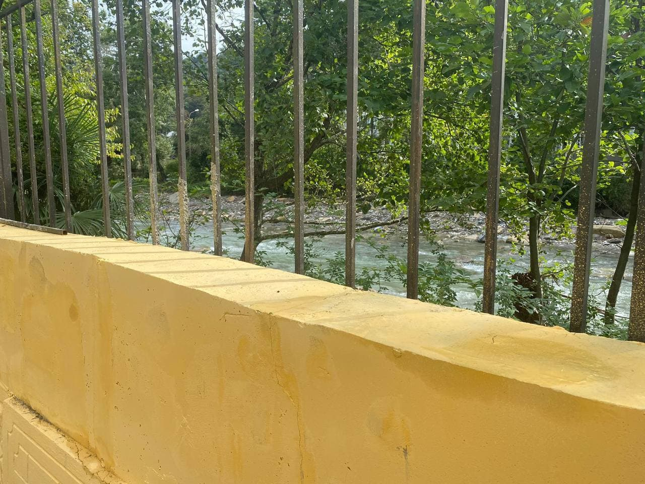 Территорию горбольницы в Хостинском районе Сочи защитили подпорной стеной от наводнений